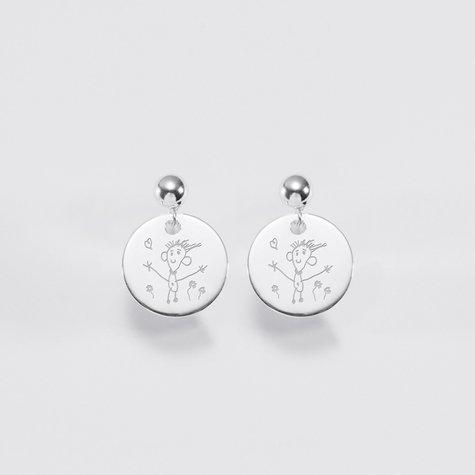 Bijoux personnalisés pour une femme : des boucles d'oreilles gravées